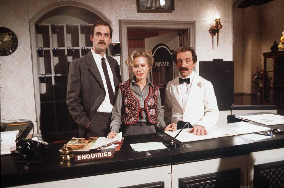 z26028991vjohn cleese connie booth i andrew sachs na planie